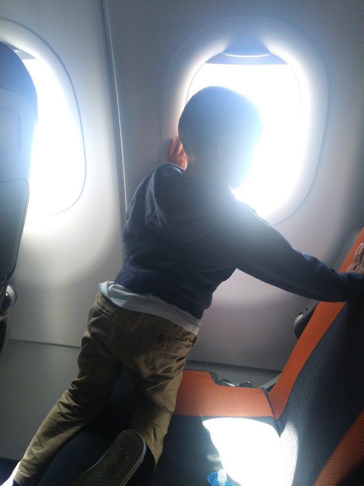 Comment prendre l'avion avec un bébé/enfant sereinement ?
